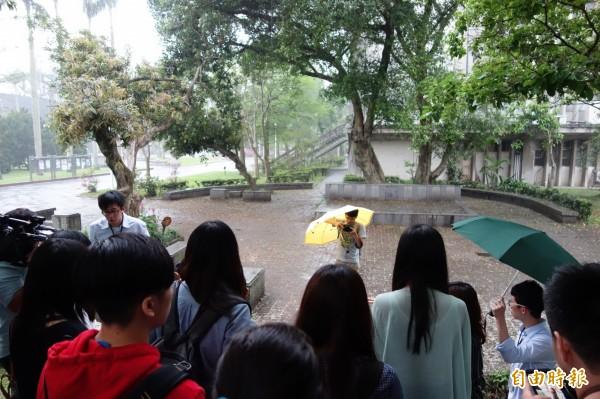 台灣大學促進校園轉型正義,不僅將白色恐怖受難者、陳文成的陳屍地正式命名為紀念廣場,更將廣邀設計好手投稿,讓廣場更具紀念意義。(記者吳柏軒攝)