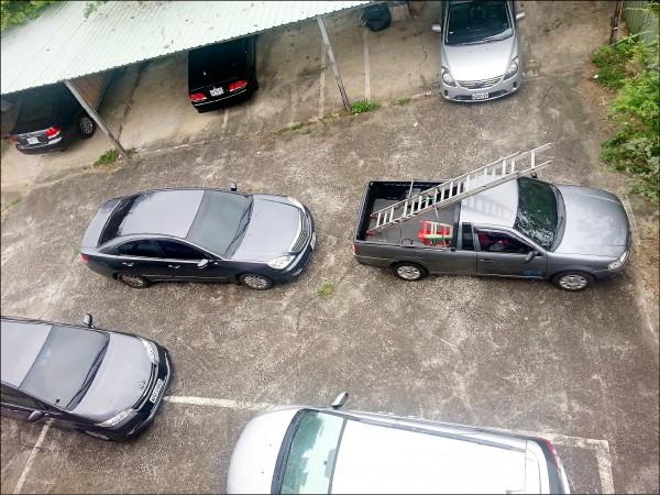 新竹縣警方自備消防梯架梯攻堅,徒手拆卸鋁門,只花30秒鐘,即全盤控制仍在2樓熟睡中的10名嫌犯。(記者廖雪茹翻攝)
