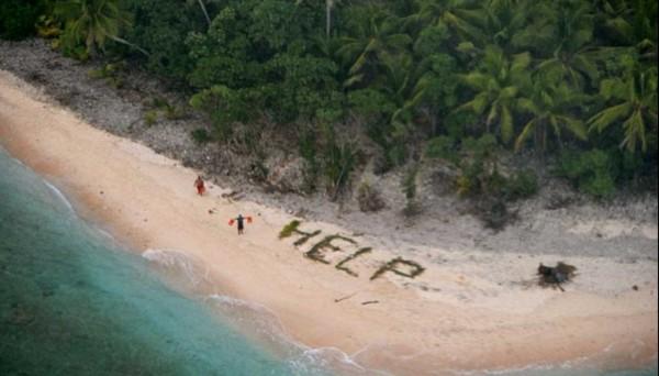 3名外國男子受困南太平洋無人小島,所幸他們運用島上的棕櫚葉在島上沙灘排出「救命」大字,才被美軍飛機發現而獲救。(圖擷自USCG Hawaii Pacific/推特)