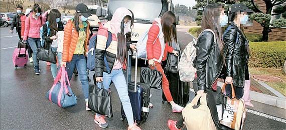 南韓統一部日前宣布,有13名北韓駐外餐廳員工投奔南韓,已在7日抵達首爾。(圖取自《中央日報》)