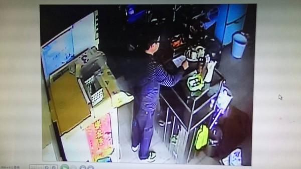 自稱清潔隊長朋友的男子,昨向員山鄉肉羹店老闆娘詐騙2000元。(記者江志雄翻攝)