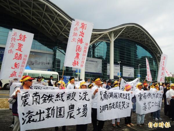 2016台灣國際扣件展開展,場外有民眾抗議。(記者葛祐豪攝)