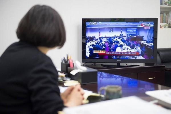 蔡英文今天上午於臉書放上自己正在觀賞國會頻道的照片。(取自蔡英文臉書)
