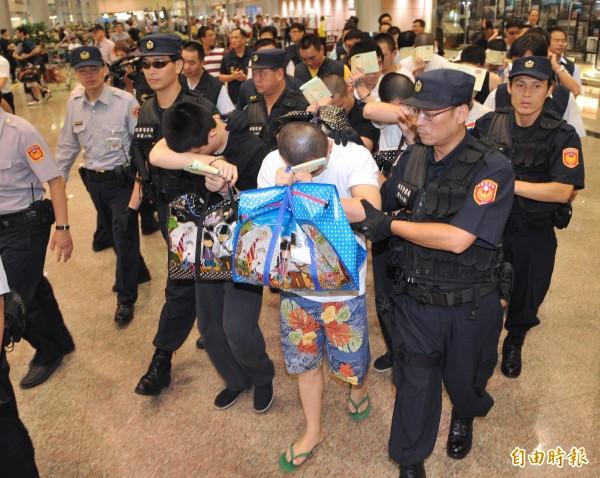 被菲律賓送往中國的我國籍14名詐欺犯,幾經周旋,得以自北京押解返台。(資料照,記者姚介修攝)