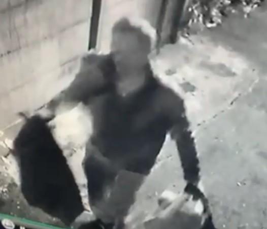 鹿港北頭吳家夫人媽宮的百年神像被偷,神像被裝在垃圾袋被偷走。 。(記者劉曉欣翻攝)