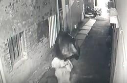鹿港北頭吳家夫人媽宮的百年神像被偷,神像被裝在垃圾袋被偷走,竊賊還用垃圾袋遮住臉。(記者劉曉欣翻攝)