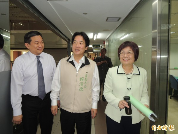 民進黨立委王定宇(左)到台南市府洽公,巧遇市長賴清德(中)與陳美伶(右)一起道賀。(記者洪瑞琴攝)