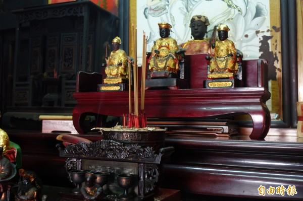 百年軟身神像陳靖姑與其它神尊,終於重返彰化鹿港北頭吳家。(記者劉曉欣攝)