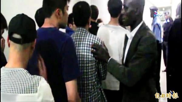 ▲肯亞警方前年十一月底破獲包含二十八名台灣人在內的七十七名華人非法入境並涉及電信詐騙案(見圖,取自youtube)。其中,二十三名台灣人在今年四月五日獲肯亞法院宣判無罪,中國卻在八日將其中八人強行遣送至中國,引爆爭議。
