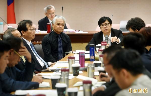 立法院內政委員會昨開會協商法案,由召委陳其邁(中右)主持。(記者方賓照攝)