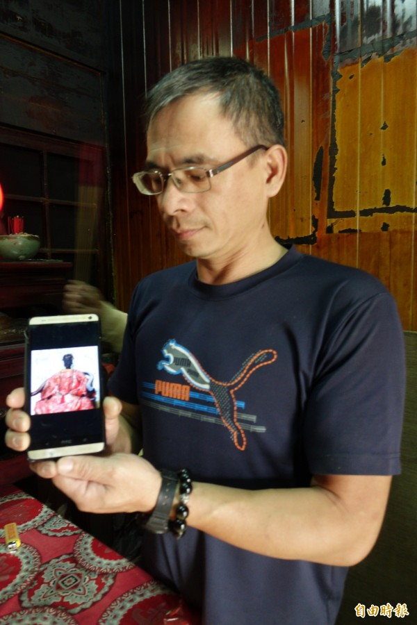 吳家後代吳江浚出示被偷的百年軟身神像順天夫人陳靖姑的照片,強調子孫一定要追回神像。(記者劉曉欣攝)