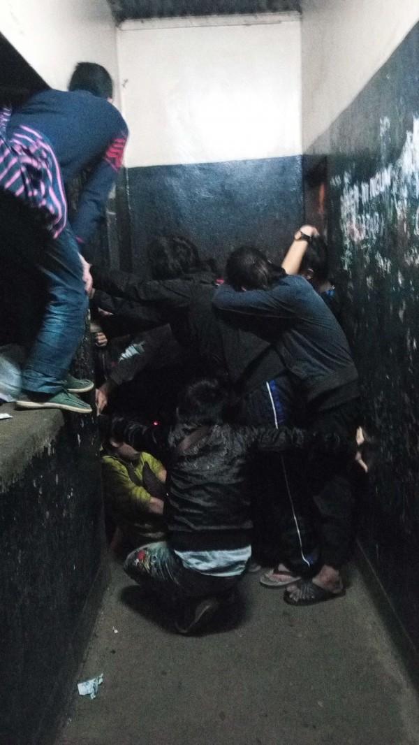 無罪台灣人奮力抵禦肯亞警方的攻堅。(吳秉叡辦公室提供)