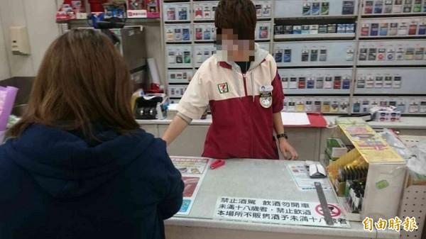 超商大夜班女店員小宥(化名),兩個月來天天被翁男騷擾。(記者王捷攝)