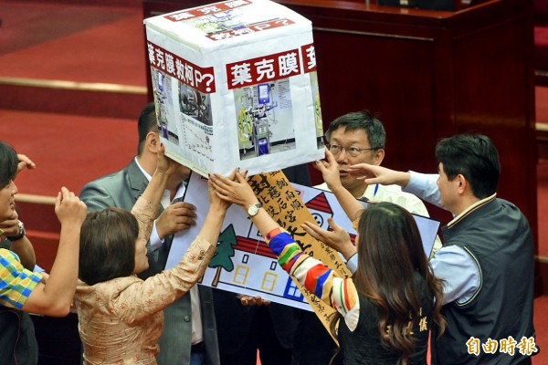 台北市長柯文哲赴市議會進行施政報告,一開始就遭到杯葛,國民黨議員送上平安符與葉克膜要柯市長搶救市政。(記者張嘉明攝)