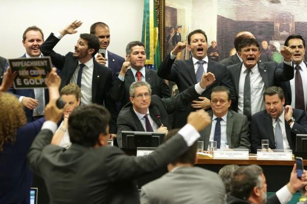 外媒報導指出,今天巴西國會委員會建議彈劾羅塞夫,最終以38票對27票,通過啟動彈劾總統羅塞夫程序的意見報告。(美聯社)