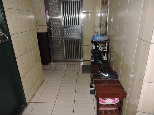 許多大樓住戶都會在家門口擺放鞋櫃。(資料照,記者賴筱桐攝)