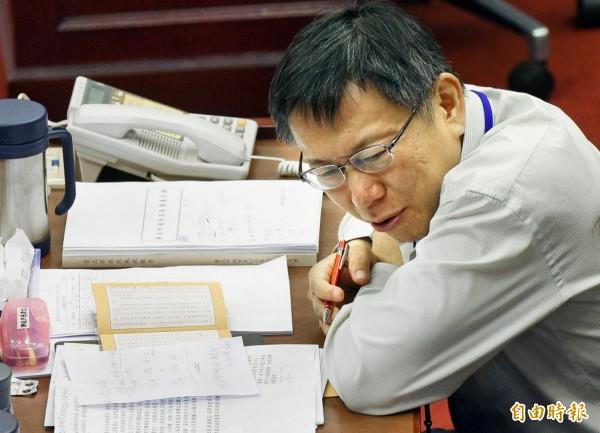 台北市長柯文哲赴市議會進行施政報告,卻被議員發現在讀佛經,引發不滿。(記者張嘉明攝)