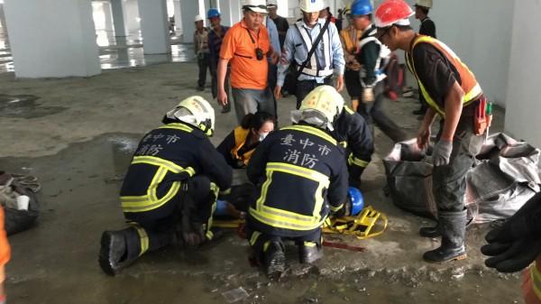 台中市精科路某電子工廠工地,上午8點多發生一起墜樓意外。(記者何宗翰翻攝)