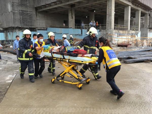 消防局春社分隊到場後以CPR急救,上頸圈、長背板送往中港澄清醫院治療。(記者何宗翰翻攝)