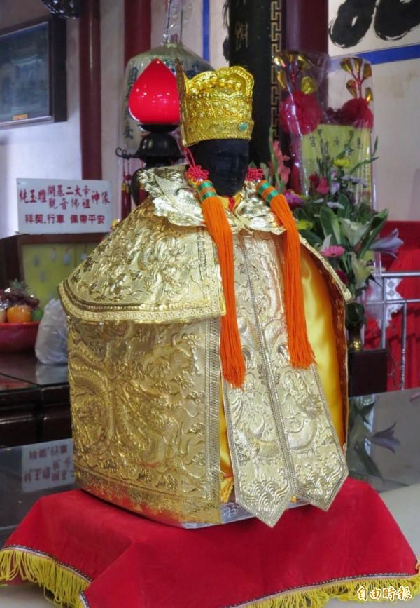 慈濟宮為開基保生大帝神像更換用500萬元純金打造的「金」神衣。(記者楊金城攝)