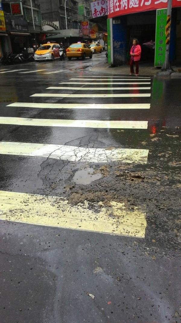新莊幸福路與福壽街口,日前有機車騎車為閃避路面坑洞而摔車。(何淑峰辦公室提供)