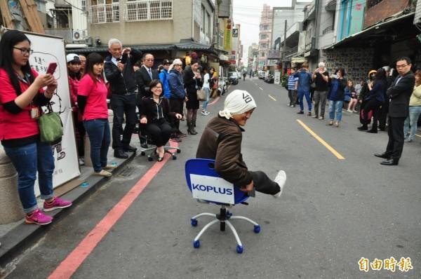 「辦公椅滑行賽」將於4月24日在台南「嚕」遍街頭巷尾。(資料照,記者王俊忠攝)