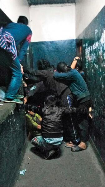 台灣人在肯亞捲入詐騙案,繼被判無罪8人8日被強行送往中國後,原在肯亞拘留所的15名台灣人拒絕被帶到機場,肯亞警方採強制手段破門,把人強行帶出送往中國。(吳秉叡辦公室提供)