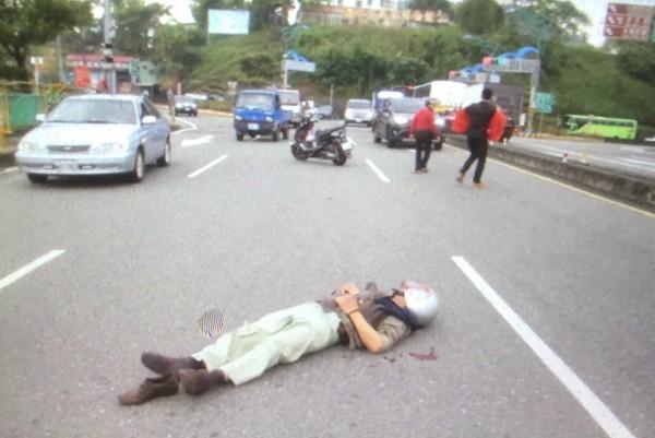 埔里鎮愛蘭橋上午9時許發生車禍,騎機車老翁倒在橋上,路過民眾發現立即加入救授行列。(民眾提供)