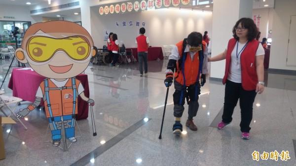 麻豆新樓醫院連兩天舉辦「以身試老闖關體驗活動」。(記者楊金城攝)