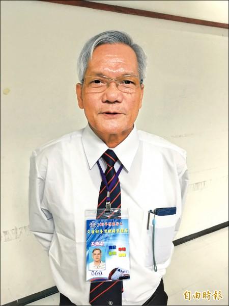 台鐵台東工務段技術助理呂金生,在退休前最後一年榮獲勞動部模範勞工殊榮。(記者黃立翔攝)