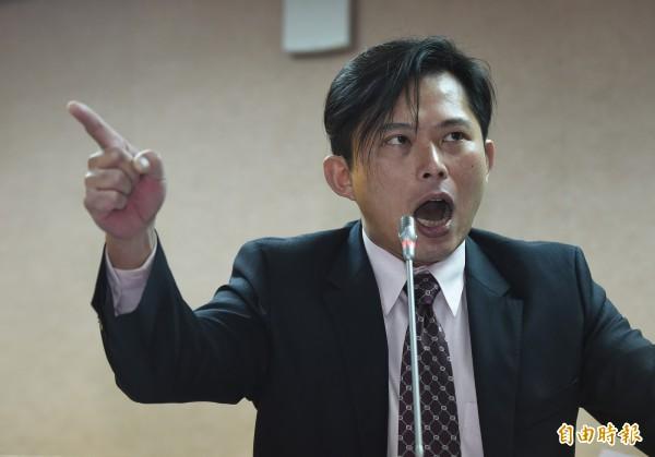 時代力量立委黃國昌質詢法務部長羅瑩雪,因羅一句「然後他就死掉了」大暴怒。(記者劉信德攝)