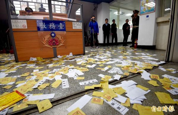 憲兵濫搜案後,抗議成員將搜索票及冥紙撒進憲兵隊內表達不滿。(資料照,記者羅沛德攝)
