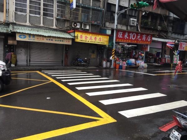 孫金喜撐著雨傘、拄著柺杖,走在中華路班馬路上,慘遭一輛偷車賊撞飛,橫死街頭。(資料照,記者林嘉東攝)