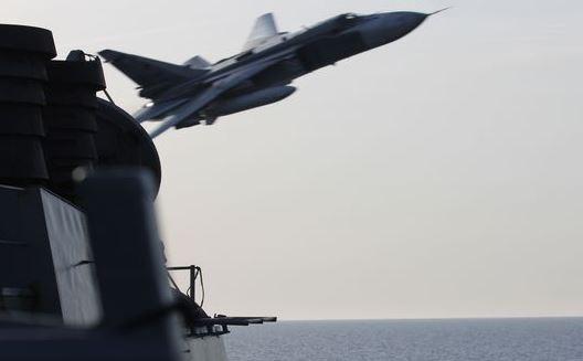 一架Su-24戰機頻頻從美軍驅逐艦唐納德·庫克號周遭掠過,最近距離僅9公尺。(圖擷取自美國國防新聞週刊)