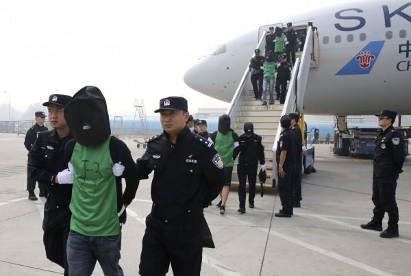 中國從肯亞強擄45名台灣人,代表當中23人的肯亞律師伊辛塔則表示,他的客戶們被法院獲判無罪,但肯亞政府無視法院判決,仍違法強送台灣人到中國。(美聯社)