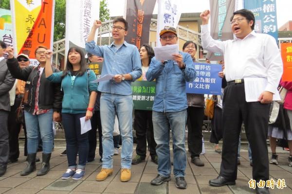 公民團體要求撤回行政院「江宜樺版本」的監督條例。(記者陳鈺馥攝)