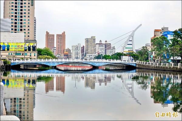 臨安橋距水面過低,是運河行船最大考驗。 (記者黃文鍠攝)