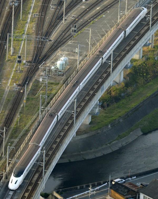 熊本昨晚發生大地震,一輛要駛回車庫的九州新幹線列車也因此脫軌,幸車上沒有乘客。(路透)