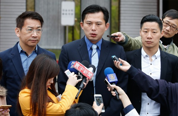 立委黃國昌(中)表示中國派遣飛機在馬來西等候,要將原訂15日返回台灣的50名台灣人接到中國,但立委徐永明(左)稍晚表示已有20人已接送回台,外交部也已出面證實。(中央社)