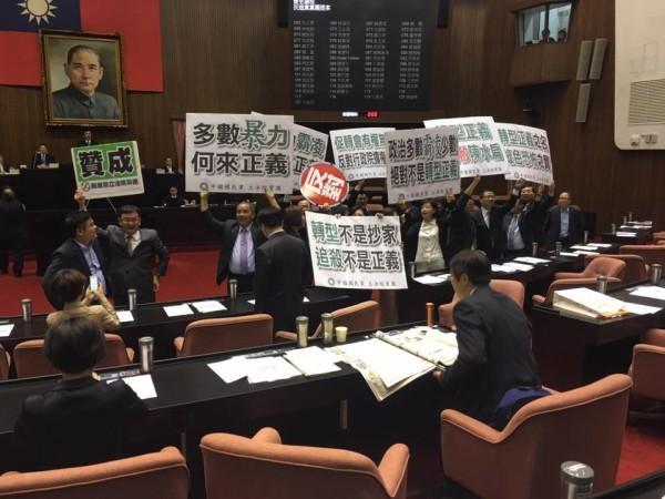 首次成為立院在野的國民黨,對於首次的表決大戰大喊「多數暴力」。(圖擷自「前進新台灣-徐國勇律師」臉書)