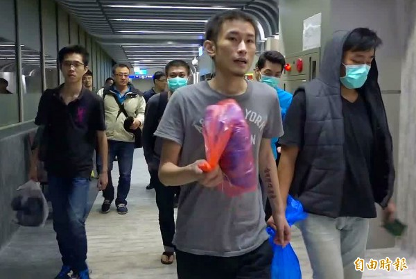 20名涉入馬來西亞電信詐欺案的台籍人士遭馬國遣返後,昨晚搭機返抵桃園機場,由於目前並無犯罪事證和資料,經過約2小時訊問,警方只能在今天凌晨2時許將這20名關係人釋放。(記者朱沛雄攝)