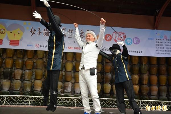 72歲張阿伯,與人偶舞伴共跳街舞,更是一絕。(記者游明金攝)