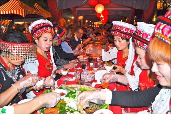 龍岡米干節「千人歡舞長街宴」昨晚在平鎮區雲南文化公園熱鬧登場,民眾開心地品嚐雲南美食。(記者周敏鴻攝)