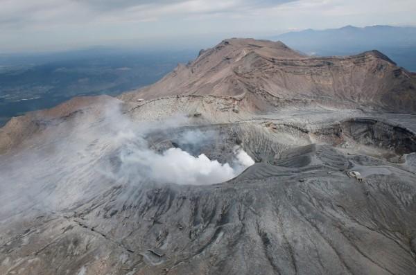 日本熊本接連發生強震,且該縣的阿蘇火山也於今早噴發,並持續噴發至今日下午。對此,日本氣象廳表示,火山噴發和地震無關。(法新社)