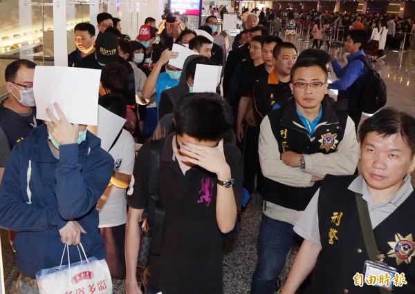 20名台灣籍嫌犯昨晚搭機返台,刑事局經初步偵訊後因罪證不足全部釋回。(記者朱沛雄攝)