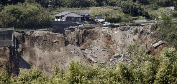 日本熊本連續發生強震,因震源深度淺,屬於「直下型地震」,災情嚴重。(路透社)