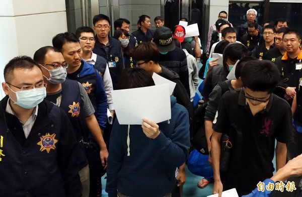 20名遭馬來西亞警方逮捕的電信詐欺犯嫌昨晚間搭乘亞航D7-376班機,於22時25分抵桃園機場,刑事局動員20餘名警力前往桃園機場,先行將相關人等分批訊問。(記者朱沛雄攝)