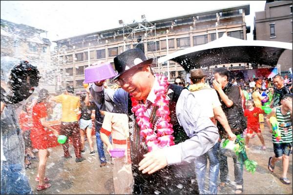 「龍岡米干節」系列活動中,最讓人期待的「潑水節」昨天展開,市長鄭文燦(中)開心加入潑水大對抗行列。(記者周敏鴻攝)