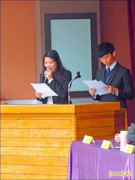 北一女學生張傳瑀(左)在去年舉行的第五屆全國青年高峰會。(資料照,記者梁珮綺攝)