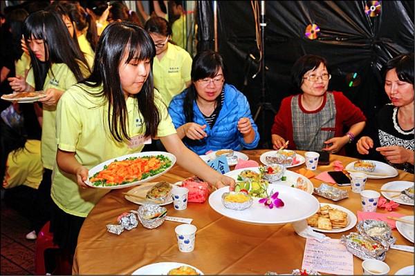 景美女中前天傍晚6點半在校內舉辦感恩餐會,由高一逾700名學生自行「辦桌」,從設計菜單、採買食材到烹飪全都一手包辦,一班負責一桌,共6到10道菜,盈餘全數捐出。(景美女中提供)